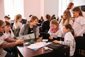 Schülerzeitung mit Lehrerin